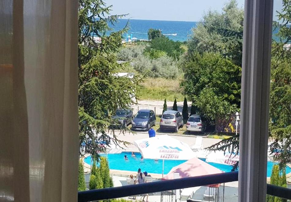 Нощувка на човек със закуска, обяд и вечеря на 100 м. от плажа в хотел ДСК, Кранево, снимка 4