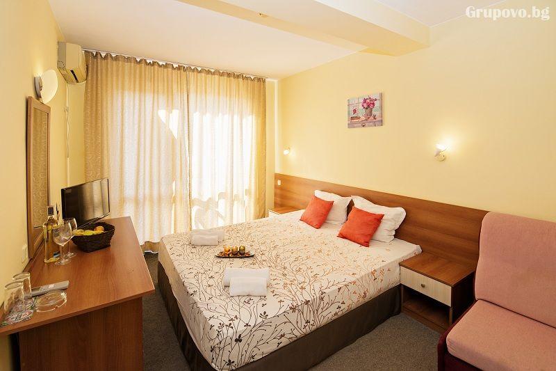 Нощувка на човек със закуска + 1 час разходка с ЯХТА в хотел Примавера 2, Приморско, снимка 8