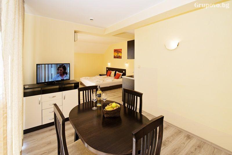 Нощувка на човек със закуска + 1 час разходка с ЯХТА в хотел Примавера 2, Приморско, снимка 10