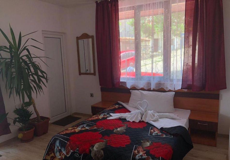Септември в Созопол! Нощувка на човек в Къща за гости Лилия, снимка 9