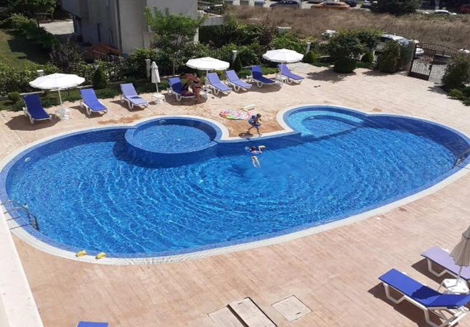 Нощувка за двама или четирима + басейн от Апартхотел Перла Дел Мар, Лозенец, снимка 3