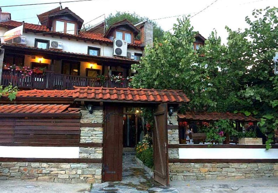 Нощувка на човек със закуска и вечеря + вътрешен басейн с минерална вода, джакузи и сауна в Алексова къща, Огняново, снимка 2