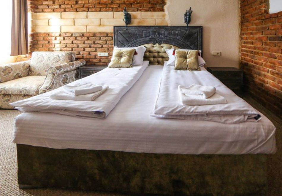 Нощувка на човек със закуска + басейн с минерална вода и релакс зона от хотел Роял Валентина Касъл, Огняново, снимка 16