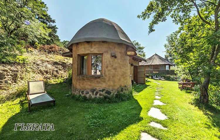 Нощувка в еко къщичка със закуска на човек + басейн с минерална вода и релакс зона от хотел Роял Валентина Касъл, Огняново, снимка 2