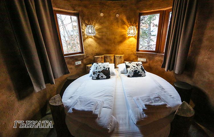 Нощувка в еко къщичка със закуска на човек + басейн с минерална вода и релакс зона от хотел Роял Валентина Касъл, Огняново, снимка 4