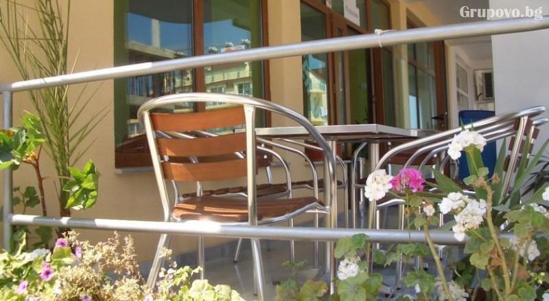Юли и август в Приморско! Нощувка на човек със закуска в семеен хотел Зара, снимка 3