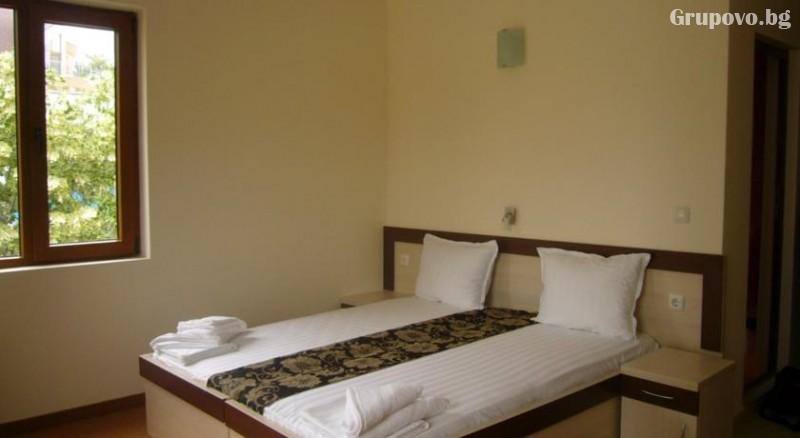 Нощувка на човек в хотел Голдън Лайън, Приморско, снимка 8