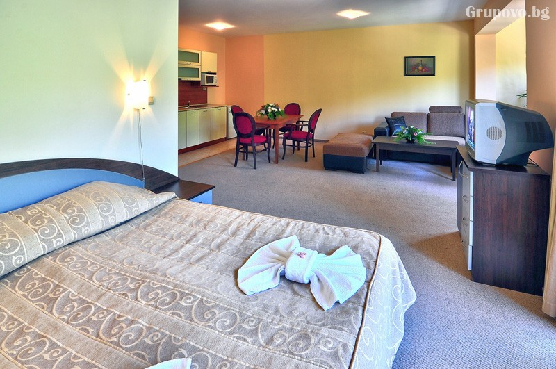 Нощувка за 3-ма възрастни + 1 или 2 деца до 12.99г. в самостоятелен апартамент от хотел Парадайз Грийн парк, ***, Златни пясъци, снимка 13