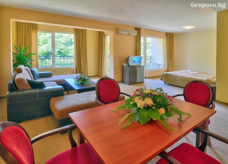 Нощувка за 3-ма възрастни + 1 или 2 деца до 12.99г. в самостоятелен апартамент от хотел Парадайз Грийн парк, ***, Златни пясъци, снимка 17