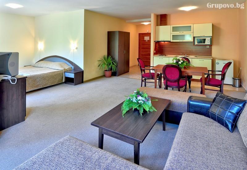 Нощувка за 3-ма възрастни + 1 или 2 деца до 12.99г. в самостоятелен апартамент от хотел Парадайз Грийн парк, ***, Златни пясъци, снимка 26
