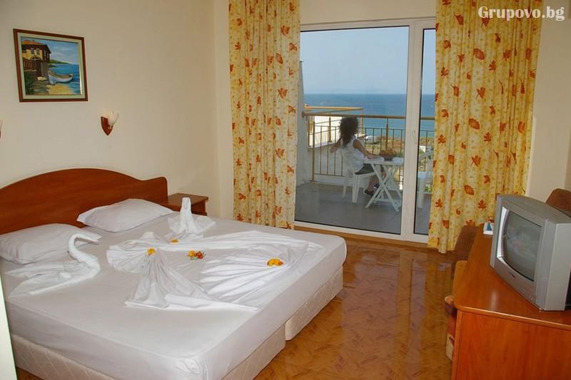 Лято в Созопол на 50м. от плажа! Нощувка на човек със закуска, обяд и вечеря + басейн в хотел Съни***, снимка 15