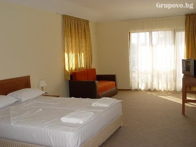 Нощувка на човек със закуска и вечеря + басейн на 150 м. от плажа в хотел Музите, Созопол, снимка 11