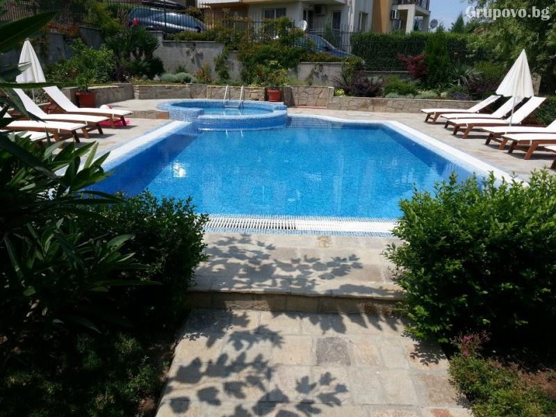 Нощувка на човек със закуска и вечеря + басейн на 150 м. от плажа в хотел Музите, Созопол, снимка 19