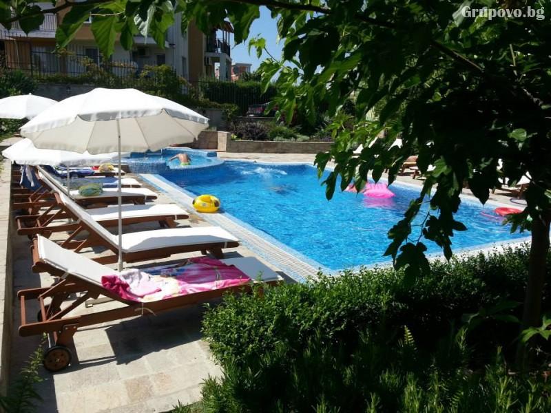 Нощувка на човек със закуска и вечеря + басейн на 150 м. от плажа в хотел Музите, Созопол, снимка 17
