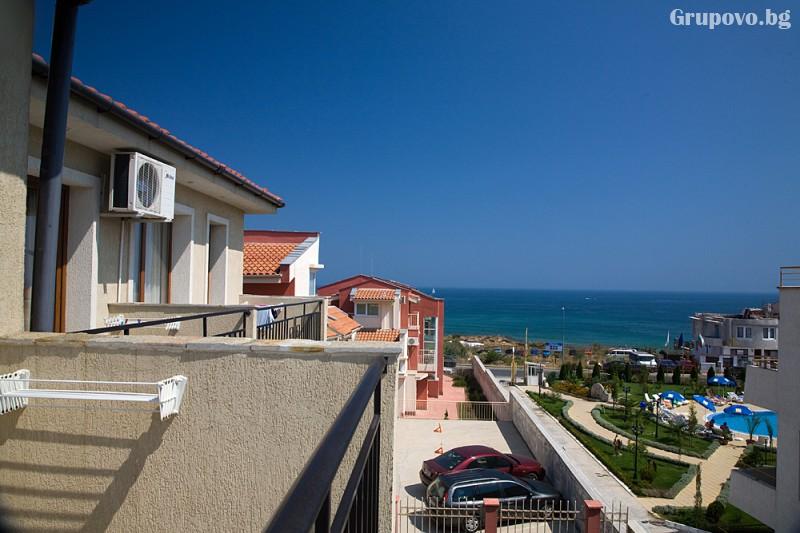 Нощувка на човек със закуска и вечеря + басейн на 150 м. от плажа в хотел Музите, Созопол, снимка 12