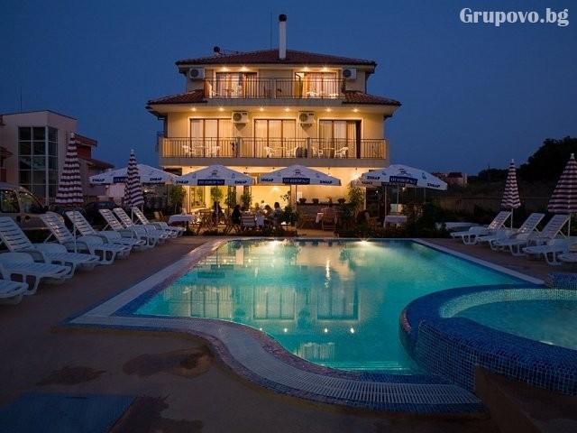 Нощувка на човек със закуска и вечеря + басейн на 150 м. от плажа в хотел Музите, Созопол, снимка 15