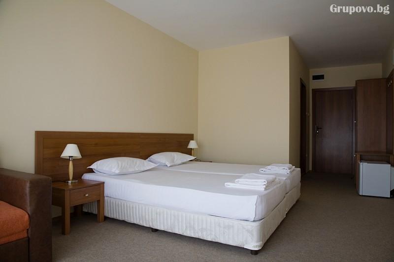 Нощувка на човек със закуска и вечеря + басейн на 150 м. от плажа в хотел Музите, Созопол, снимка 7