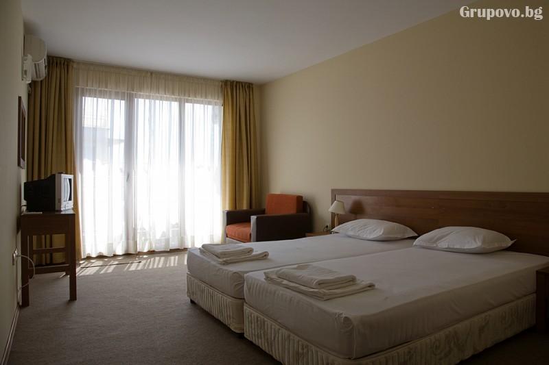 Нощувка на човек със закуска и вечеря + басейн на 150 м. от плажа в хотел Музите, Созопол, снимка 8