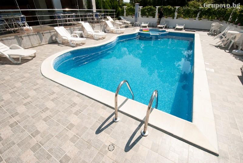 Лято в Лозенец на ТОП ЦЕНИ! Нощувка на човек със закуска + басейн в хотел Ариана., снимка 12