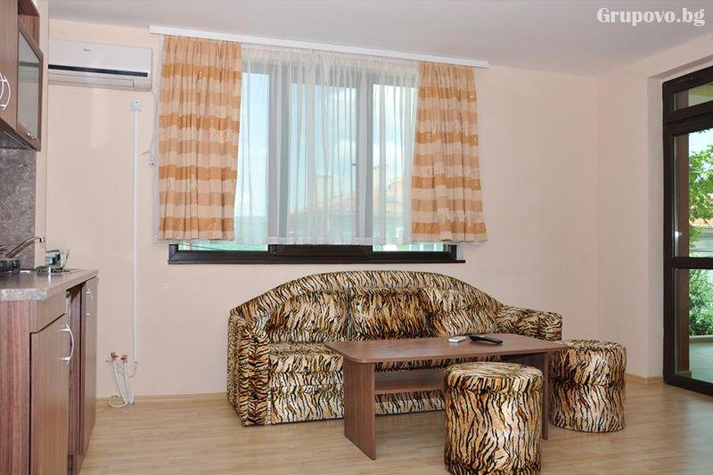 Нощувка на човек със закуска и вечеря + външен, вътрешен басейн и релакс зона в хотел Жаки, Кранево, снимка 6