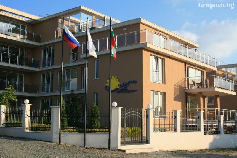 На ПЪРВА линия в Ахтопол! Нощувка за четирима или шестима + басейн от Апартаменти Санта Мария, снимка 2
