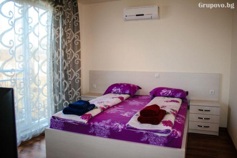 На ПЪРВА линия в Ахтопол! Нощувка за четирима или шестима + басейн от Апартаменти Санта Мария, снимка 10