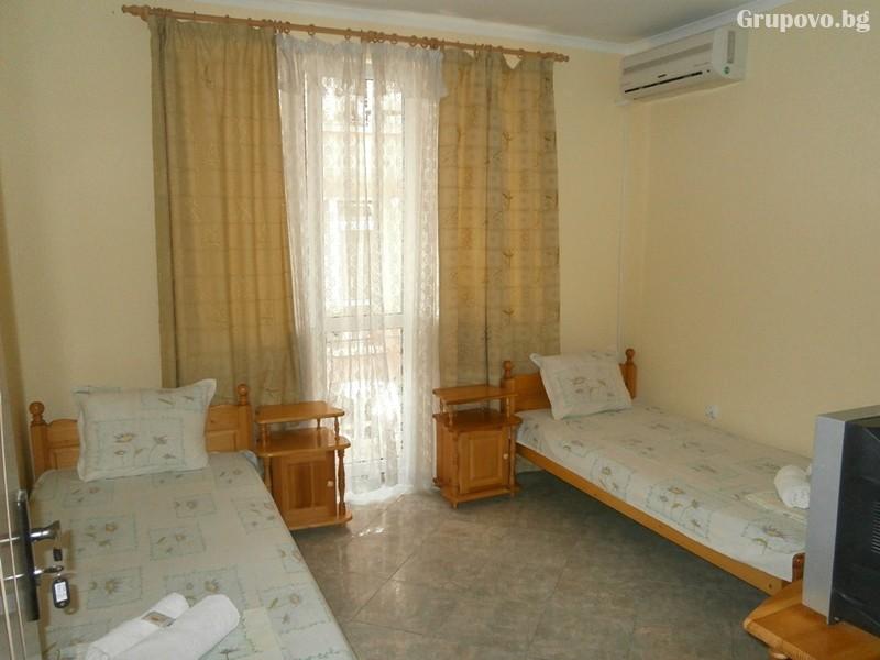 Нощувка на човек на 100м. от плажа в Созопол в къща за гости Терзиеви, снимка 10