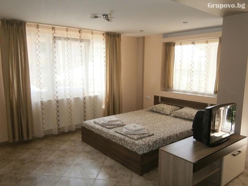 Нощувка на човек на 100м. от плажа в Созопол в къща за гости Терзиеви, снимка 3