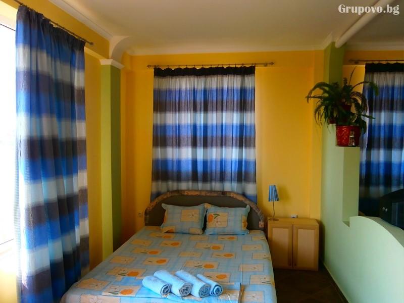 Нощувка на човек на 100м. от плажа в Созопол в къща за гости Терзиеви, снимка 7