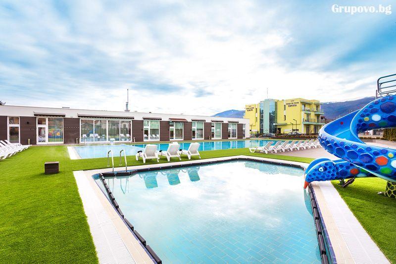 Почивка в Долна Баня! 1 или 2 нощувки на човек със закуски + открити басейни + външни джакузита + сауна и парна баня с минерална вода от Комплекс Европа***, снимка 3